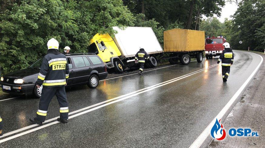 Ciężarówka z przyczepą wpadła do rowu. Kierowca chciał uniknąć zderzenia. OSP Ochotnicza Straż Pożarna