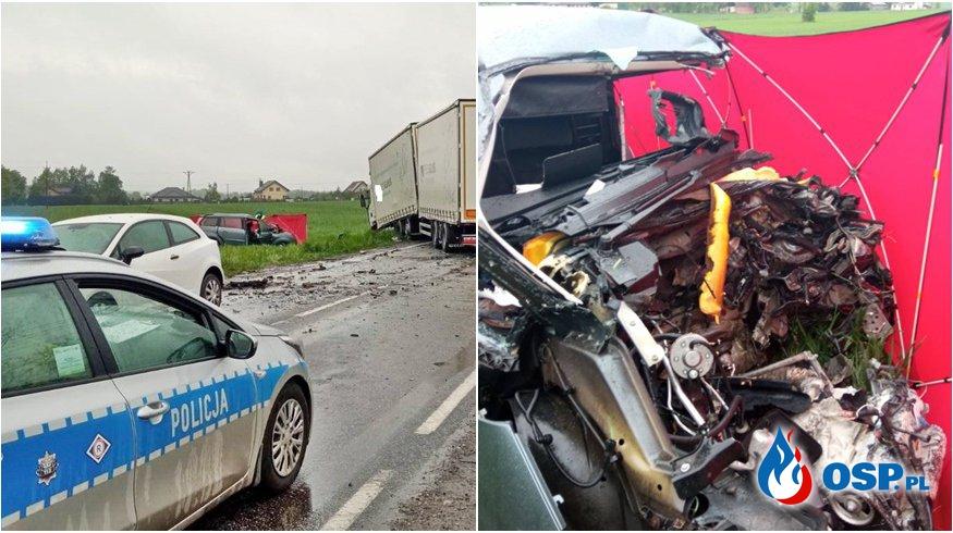 """35-letni kierowca zginął w czołowym zderzeniu auta z ciężarówką. """"Próbował wyprzedzać."""" OSP Ochotnicza Straż Pożarna"""