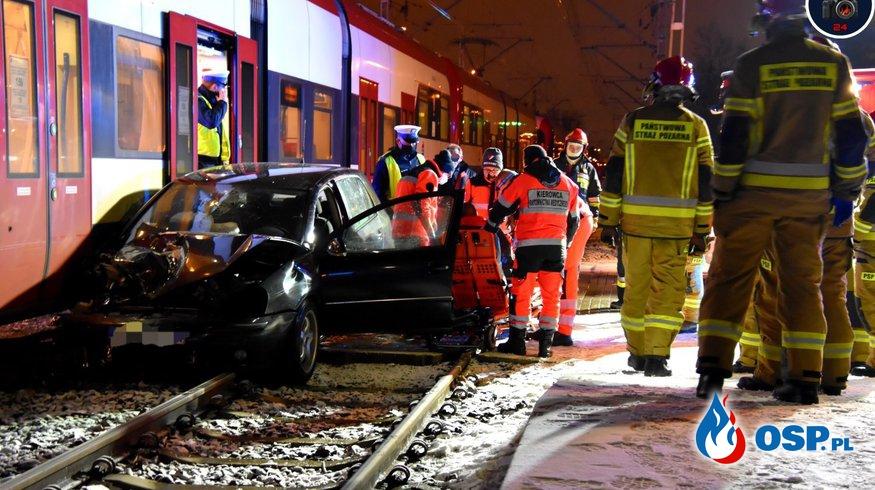 Wypadek na przejeździe kolejowym. Kierowca auta trafił do szpitala. OSP Ochotnicza Straż Pożarna