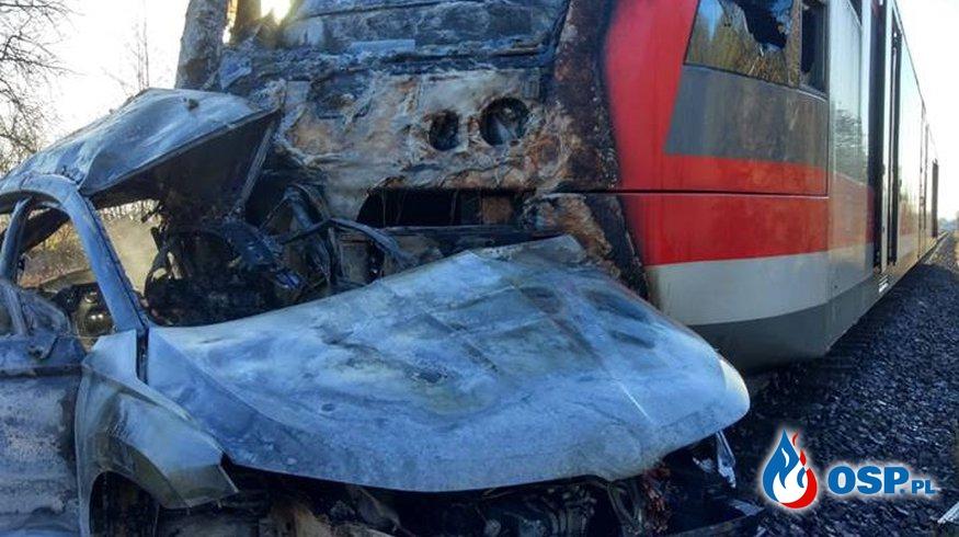 Samochód wjechał pod pociąg i stanął w ogniu OSP Ochotnicza Straż Pożarna