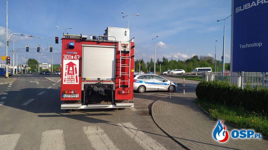 Samochód sam wezwał strażaków do wypadku. Auto stało w salonie samochodowym. OSP Ochotnicza Straż Pożarna