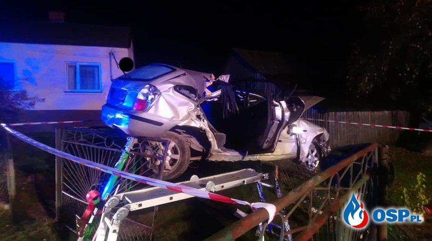 Auto dachowało i zawisło na ogrodzeniu. Pijany kierowca uciekł zostawiając rannych w pojeździe. OSP Ochotnicza Straż Pożarna
