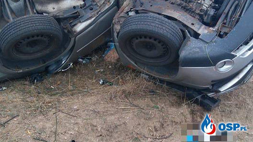 """Samochód dosłownie """"owinął sie"""" wokół drzewa OSP Ochotnicza Straż Pożarna"""