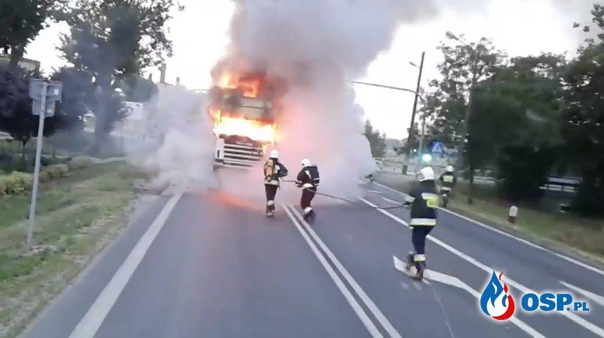 Ciężarówka spłonęła na środku skrzyżowania. Zobacz film z akcji gaśniczej! OSP Ochotnicza Straż Pożarna