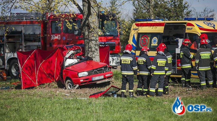 Golf podczas wyprzedzania rozbił się na drzewie. Zginęły dwie osoby. OSP Ochotnicza Straż Pożarna