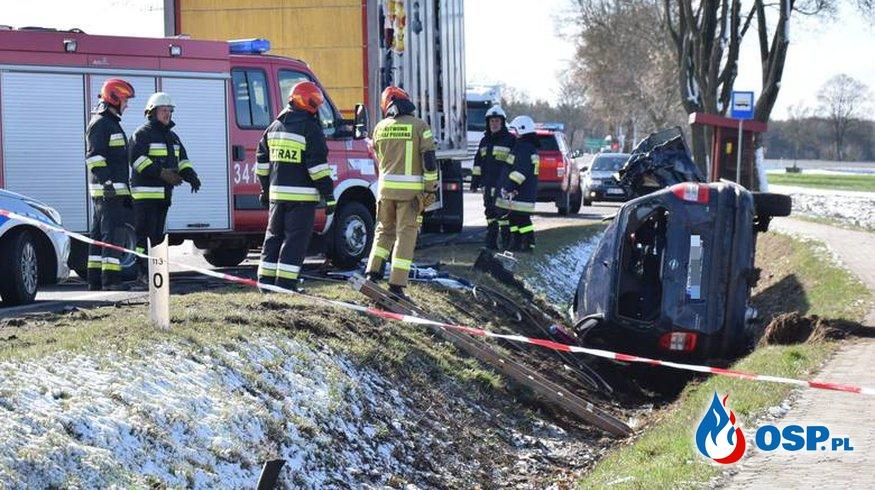 Dwoje małych dzieci zginęło w zderzeniu opla z ciężarówką. Ich matka przeżyła. OSP Ochotnicza Straż Pożarna