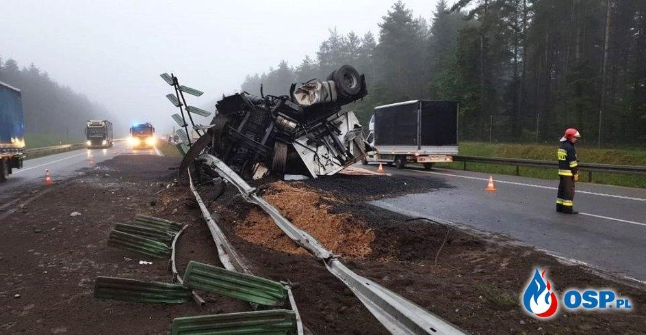 Ciężarówka dachowała na trasie S7. Przewożony ładunek rozsypał się po drodze. OSP Ochotnicza Straż Pożarna