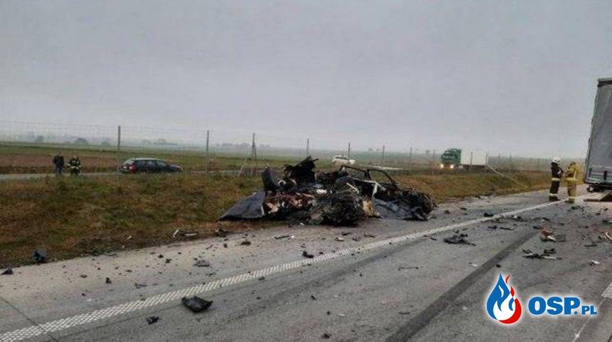 Dwie osoby zginęły w zderzeniu BMW z ciężarówką. Auto jechało trasą S17 pod prąd. OSP Ochotnicza Straż Pożarna