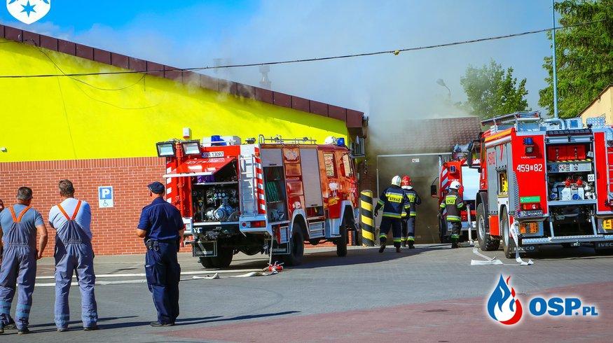 Pożar Biedronki w Namysłowie. W akcji 15 zastępów straży pożarnej. OSP Ochotnicza Straż Pożarna