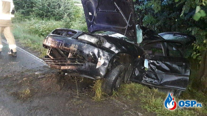 Kierowca audi na zakręcie uderzył w drzewo OSP Ochotnicza Straż Pożarna