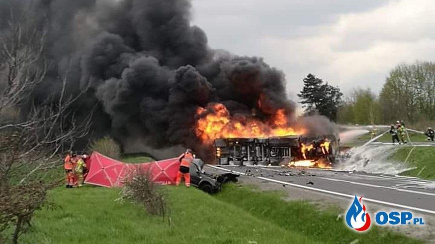 Cysterna z olejem napędowym zapaliła się po zderzeniu z autem. Jedna osoba nie żyje. OSP Ochotnicza Straż Pożarna