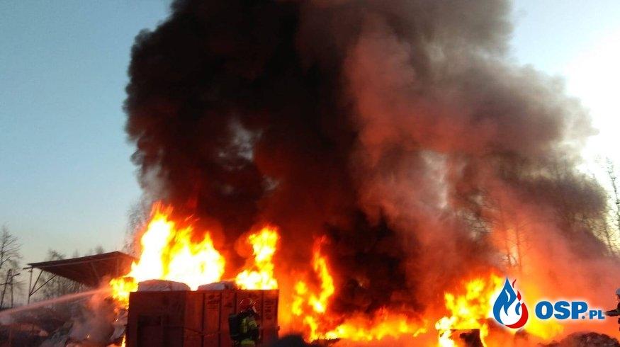 Dwa pożary obok siebie. Spłonął m.in. budynek gospodarczy i przyczepa. OSP Ochotnicza Straż Pożarna
