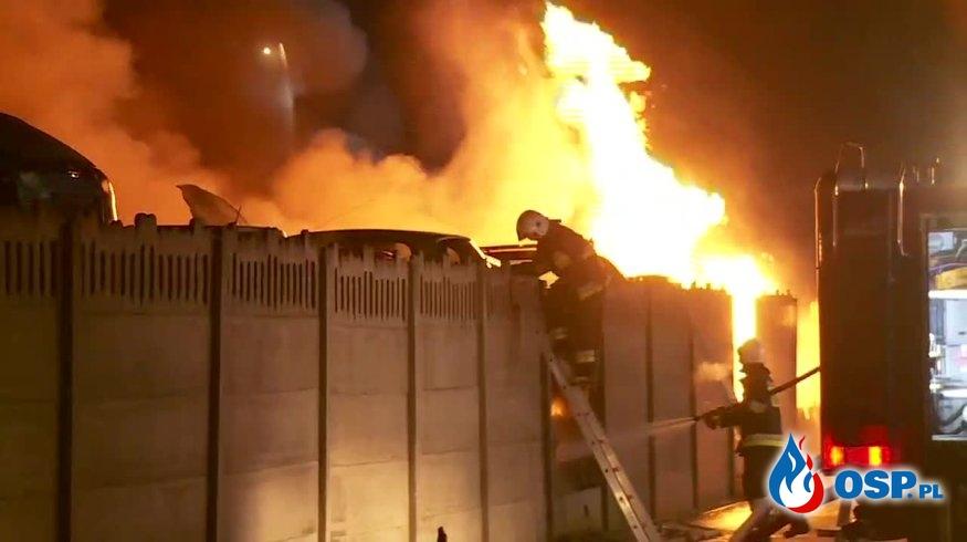 """""""Wybuchały opony i zbiorniki z paliwem"""". Groźny pożar złomowiska w Koszalinie. OSP Ochotnicza Straż Pożarna"""