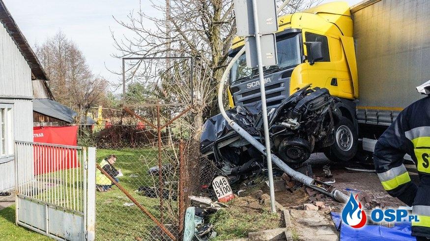 """Zignorował znak """"Stop"""" i zginął. Ciężarówka zmiażdżyła auto pod Bełchatowem. OSP Ochotnicza Straż Pożarna"""