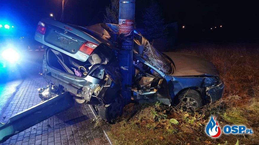 Tragiczny wypadek w Łochowie. Samochód owinął się wokół słupa. OSP Ochotnicza Straż Pożarna