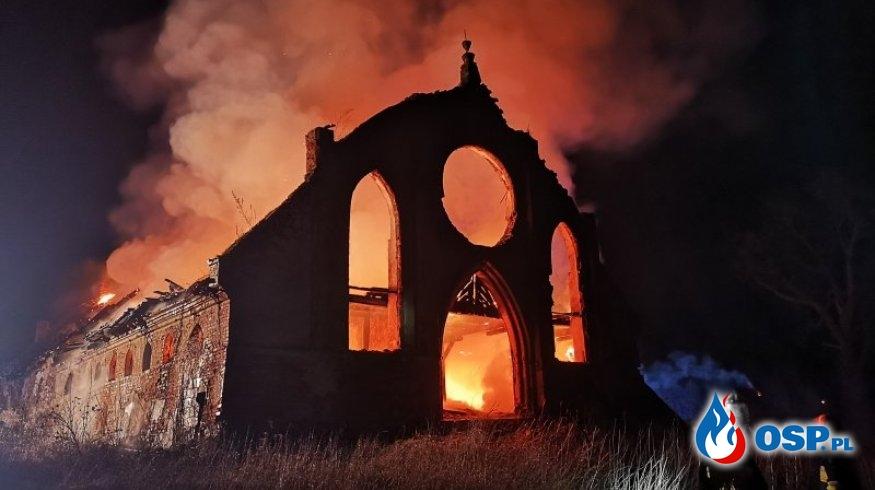 Nocny pożar zabytkowego magazynu pod Kętrzynem. Zawalił się dach. OSP Ochotnicza Straż Pożarna