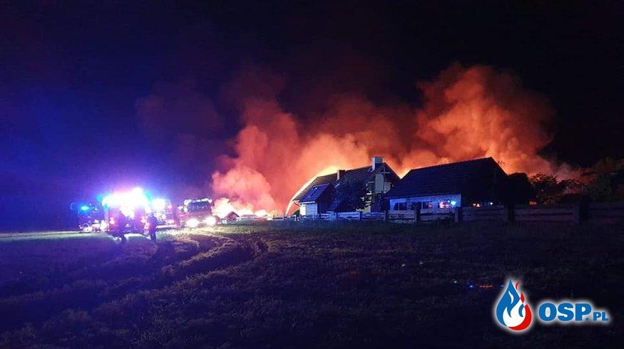 Nocny pożar gospodarstwa w Leżuchowie. Wodę do gaszenia czerpano z jeziora i rzeki. OSP Ochotnicza Straż Pożarna
