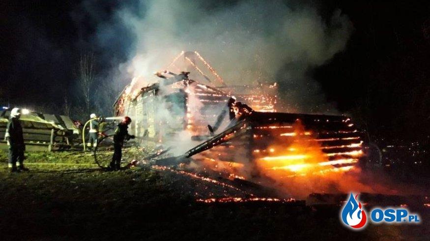 Drewniany dom stanął w ogniu. Nocna akcja gaśnicza pod Nowym Sączem. OSP Ochotnicza Straż Pożarna