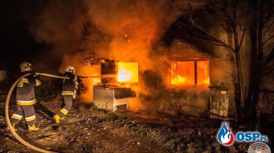 Pustostan w ogniu. 4 zastępy strażaków w akcji. OSP Ochotnicza Straż Pożarna
