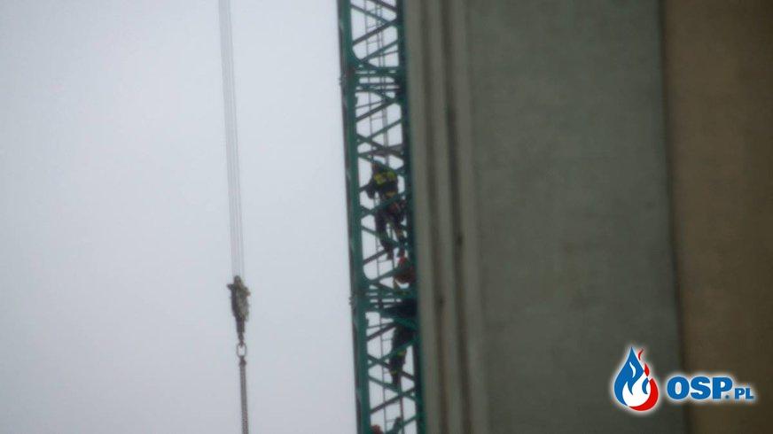 Operator żurawia porażony prądem. Trudna akcja na wysokości 40 metrów. OSP Ochotnicza Straż Pożarna