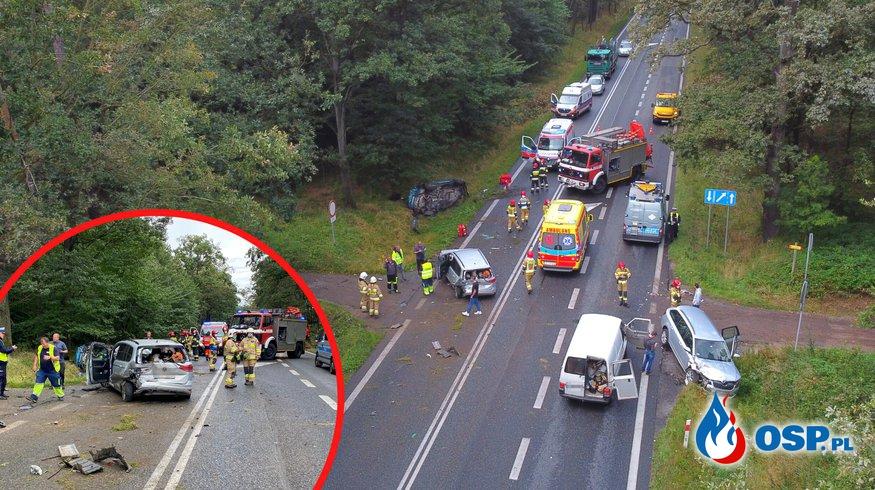 Szalona jazda młodego kierowcy BMW zakończona karambolem. Wypadek pod Opolem. OSP Ochotnicza Straż Pożarna