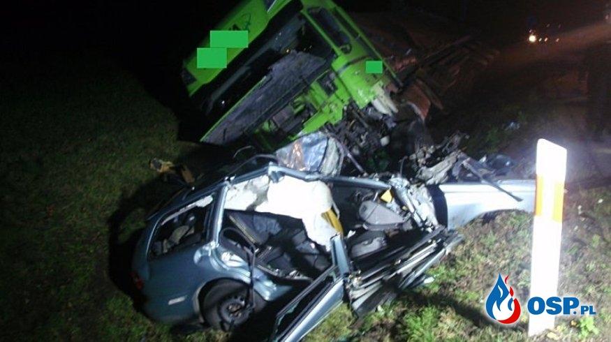 Czołowe zderzenie ciężarówki z osobówką pod Augustowem. Jedna osoba zginęła na miejscu. OSP Ochotnicza Straż Pożarna