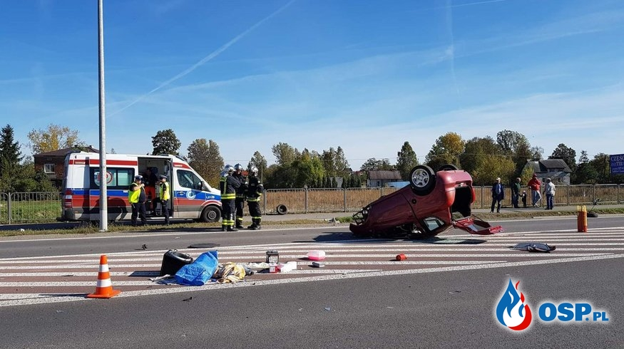 """Kierowca dachował na prostej drodze. """"Nie wie co się stało."""" OSP Ochotnicza Straż Pożarna"""