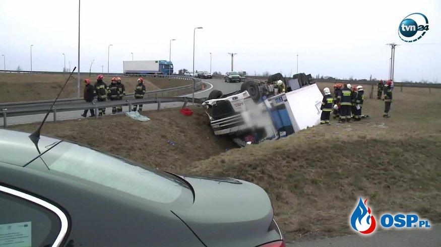 Kierowca uwięziony w kabinie ciężarówki po tym, jak wiatr przewrócił ją na bok! OSP Ochotnicza Straż Pożarna