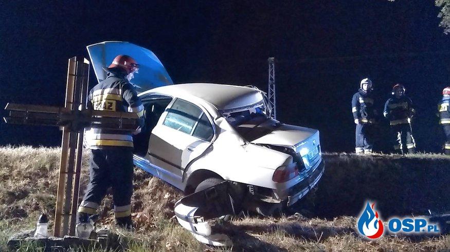 Wypadek w Zalesiu Śląskim. BMW wypadło z drogi i uderzyło w drzewo. OSP Ochotnicza Straż Pożarna