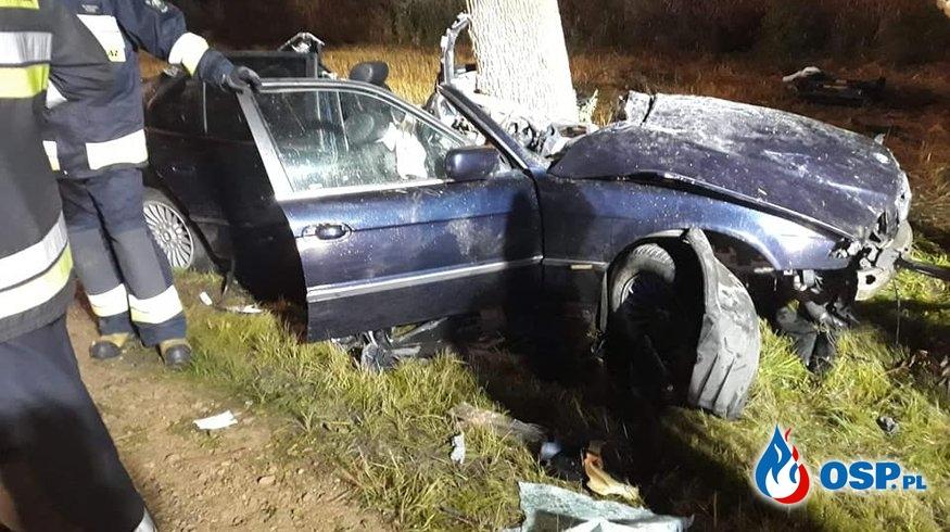 20-latek rozbił BMW na drzewie. Nocny wypadek pod Kłobuckiem. OSP Ochotnicza Straż Pożarna