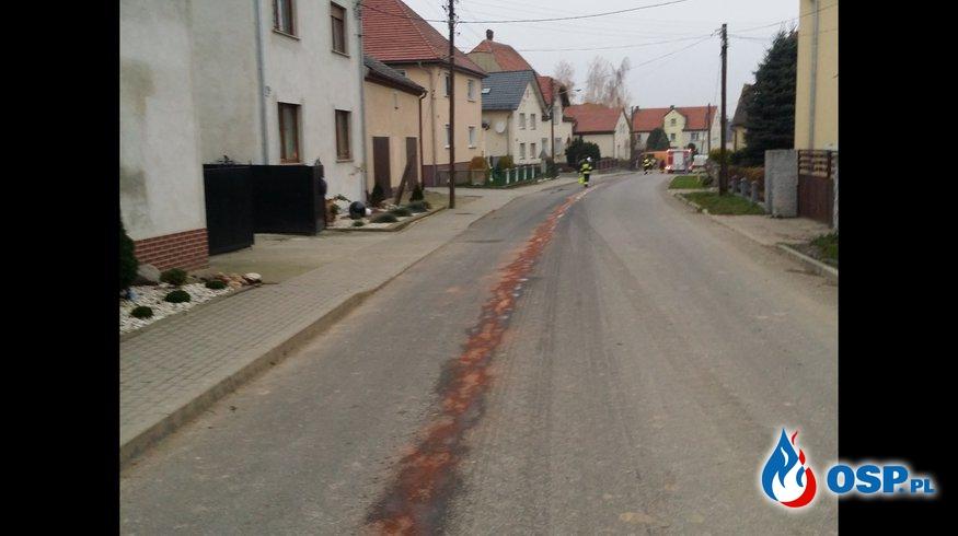 Rozlany olej na całej ulicy w Białej OSP Ochotnicza Straż Pożarna