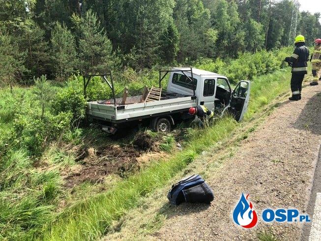 Auto dostawcze w rowie. Kierowca próbował uniknąć potrącenia. OSP Ochotnicza Straż Pożarna