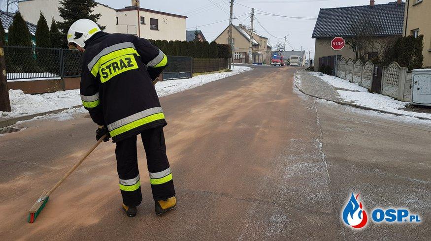 Neutralizacja długiej plamy oleju na ulicy Lipskiej w Lubecku. OSP Ochotnicza Straż Pożarna