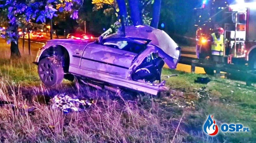 BMW rozpadło się na dwie części po zderzeniu z drzewem. Groźny wypadek w Warszawie. OSP Ochotnicza Straż Pożarna