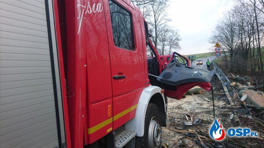 Kabina wozu bojowego OSP zmiażdżona przez drzewo. W środku byli strażacy. NOWE INFORMACJE OSP Ochotnicza Straż Pożarna
