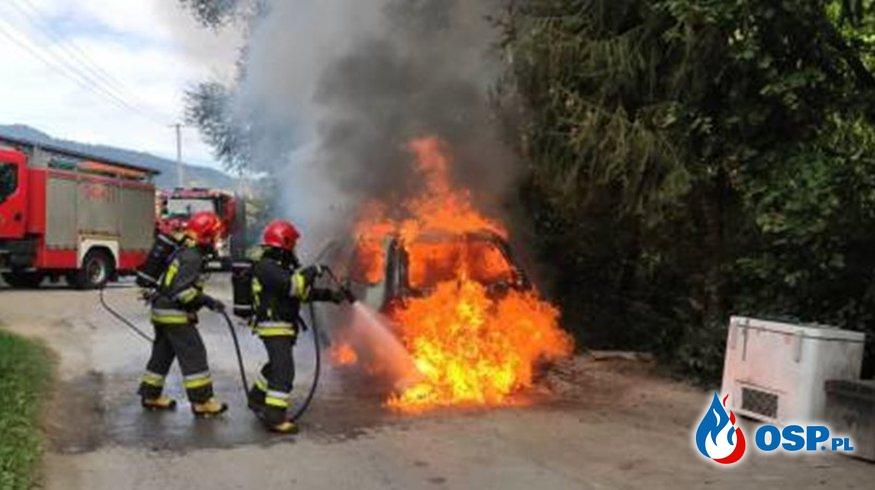 Pożar auta z instalacją gazową. Pojazd ugaszono ciężką pianą. OSP Ochotnicza Straż Pożarna