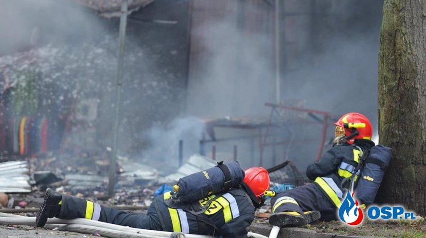 """Wybuch na stoisku z fajerwerkami. """"Gasili ogień na leżąco, by uniknąć lecących przedmiotów"""" OSP Ochotnicza Straż Pożarna"""