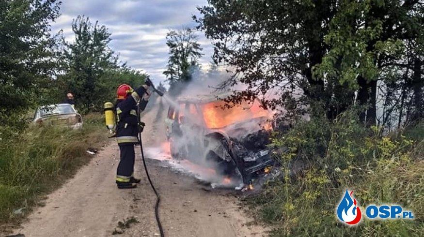 Auto terenowe zapaliło się po zderzeniu z drzewem OSP Ochotnicza Straż Pożarna