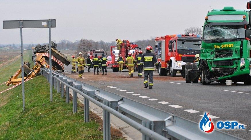 Zderzenie koparki z ciężarówką. W wypadku zginął 25-letni mężczyzna. OSP Ochotnicza Straż Pożarna