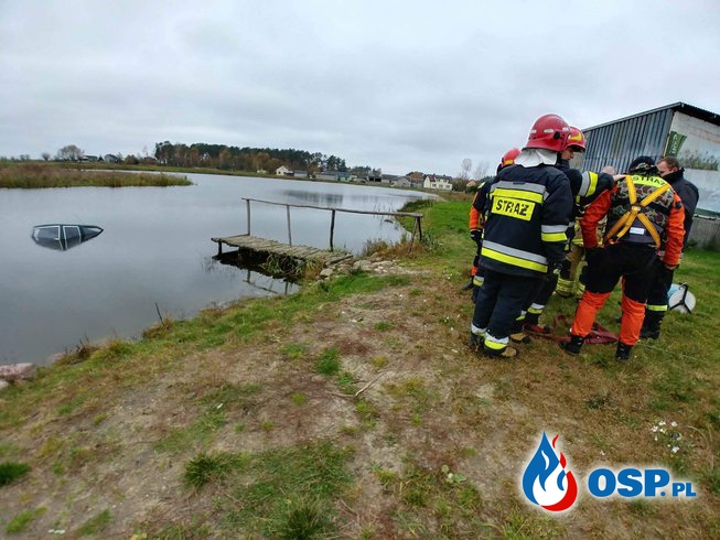 Samochód wpadł do stawu OSP Ochotnicza Straż Pożarna