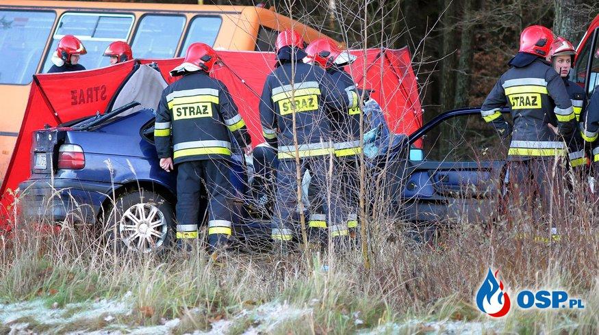 Wypadek BMW i autobusu szkolnego. Nie żyje 24-letni kierowca osobówki. OSP Ochotnicza Straż Pożarna