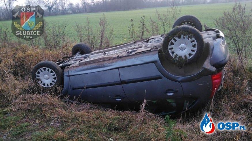 Zdarzenie drogowe z udziałem samochodu osobowego OSP Ochotnicza Straż Pożarna