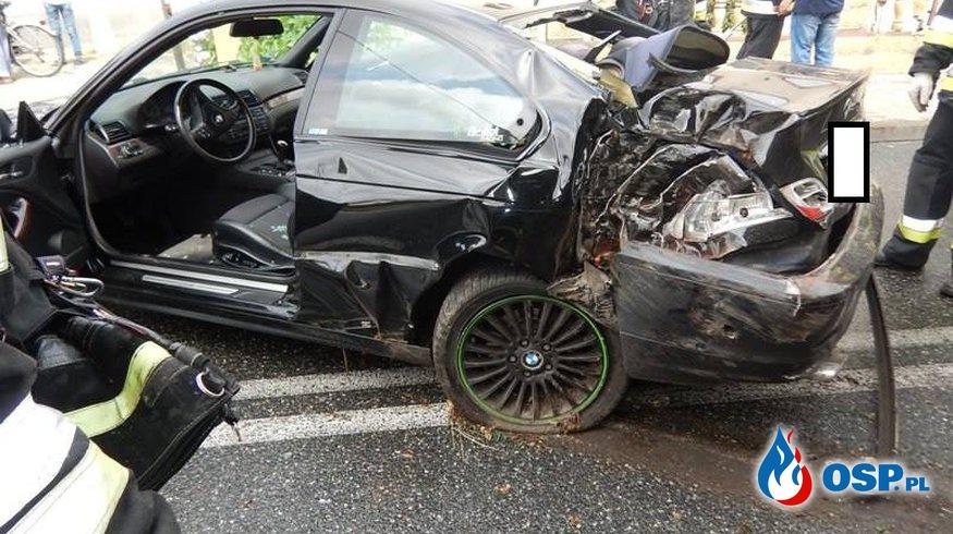 BMW uderzyło w drzewo. Kierowca nie dostosował prędkości do warunków na drodze. OSP Ochotnicza Straż Pożarna