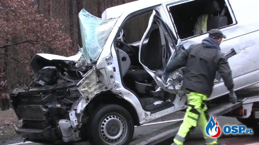 Czołowe zderzenie busa z ciężarówką w Dobrzycach OSP Ochotnicza Straż Pożarna