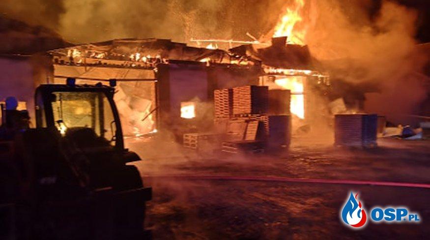 Pożar w zakładzie produkującym opał. W akcji kilkanaście zastępów strażaków. OSP Ochotnicza Straż Pożarna