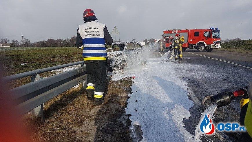 Samochód zapalił się po uderzeniu w barierę OSP Ochotnicza Straż Pożarna