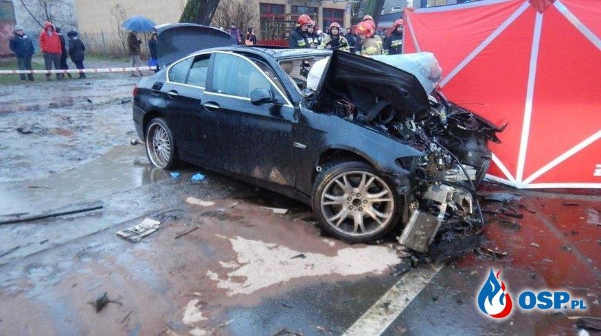 BMW rozbiło się na drzewie w Łodzi. Dwie osoby zginęły, trzecia walczy o życie. OSP Ochotnicza Straż Pożarna