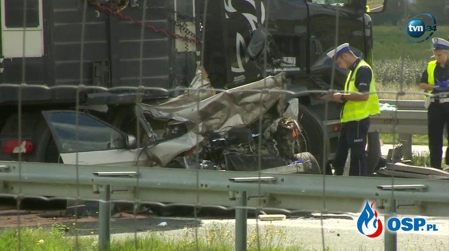 Kierowca ciężarówki zginął, 4-osobowa rodzina w szpitalu po karambolu na A2. OSP Ochotnicza Straż Pożarna