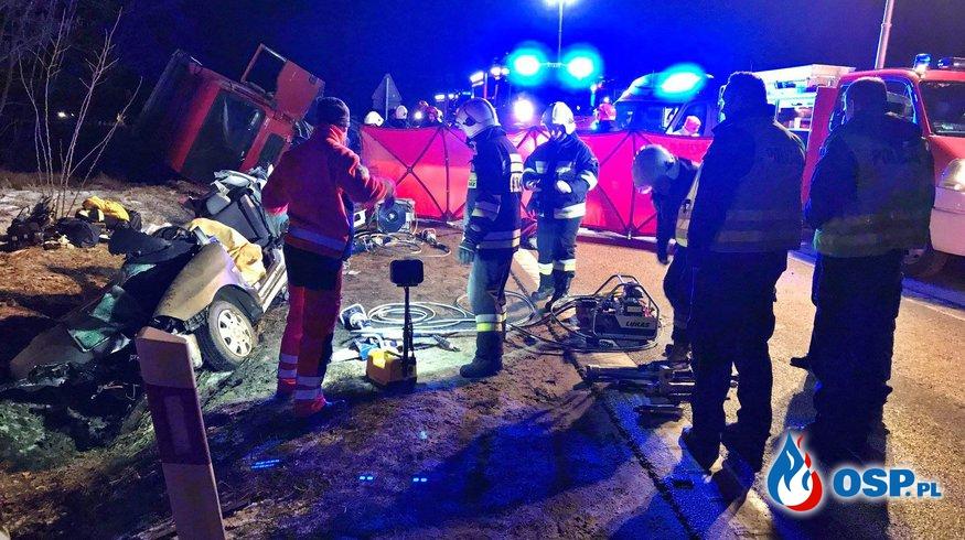 Seat wyjechał wprost przed ciężarówkę. Trzy kobiety zginęły. OSP Ochotnicza Straż Pożarna