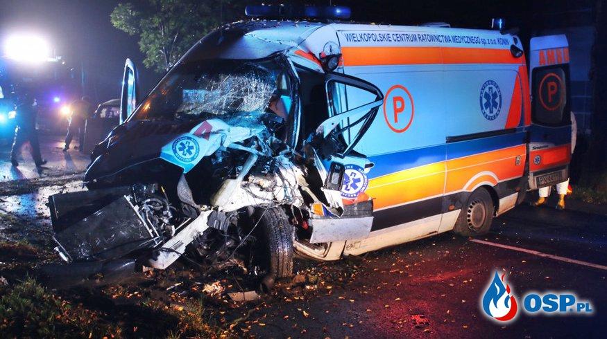 Wypadek karetki pogotowia w Gostyniu. Jadąca nią pacjentka została ranna. OSP Ochotnicza Straż Pożarna